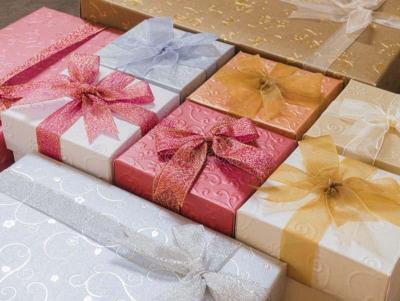 Bunter Weihnachtsgeschenkboxhintergrund stockfotos