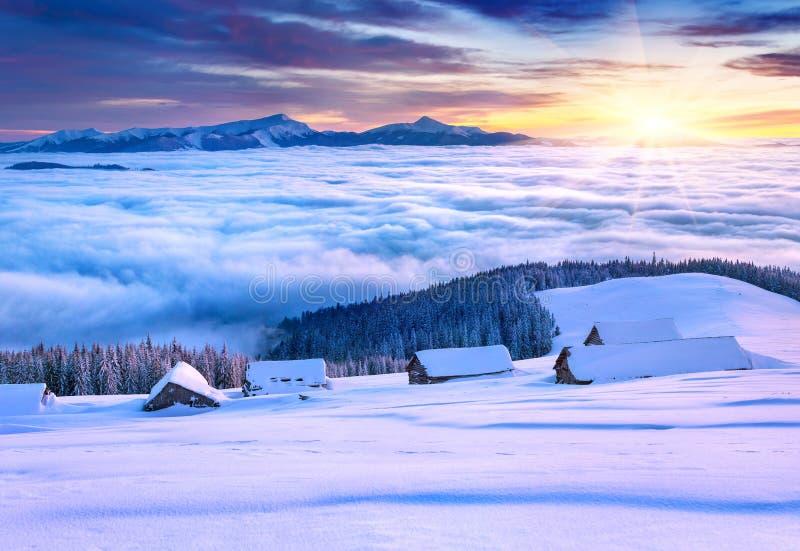 Bunter Wintermorgen in den Bergen lizenzfreies stockfoto