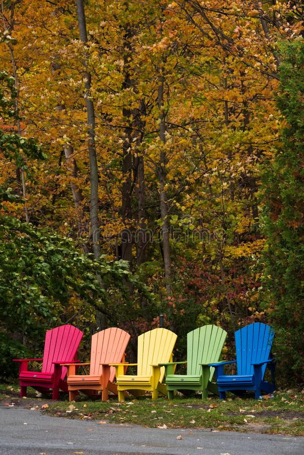 Buntes Adirondack alias Muskoka sitzt im Herbst vor stockbilder