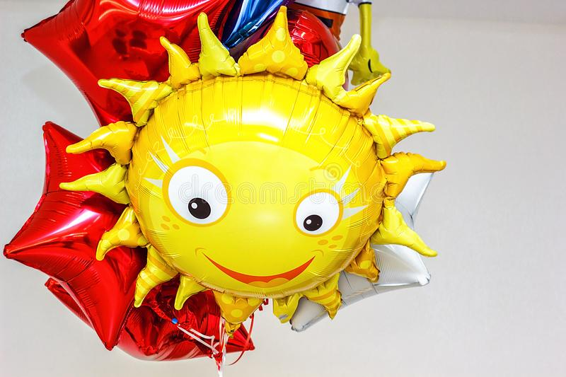 Buntes Bündel Geburtstags-Ballone, die für Partei und Feiern mit Raum für die Mitteilung lokalisiert im weißen Hintergrund fliege lizenzfreie stockfotos