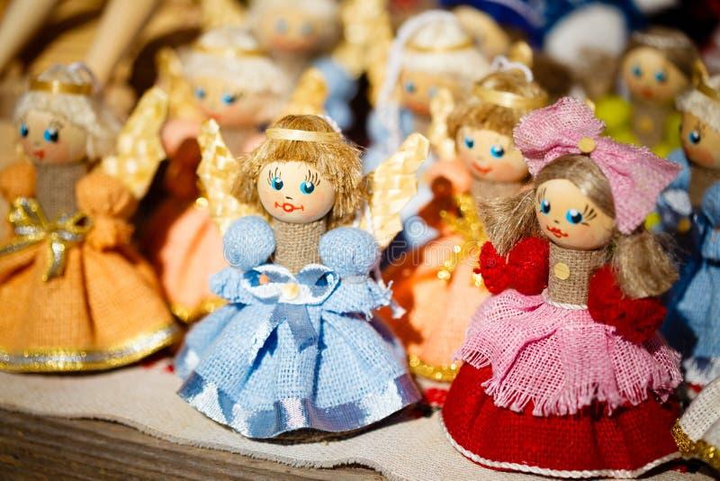 Buntes belarussisches Straw Dolls At The Market in Weißrussland stockbilder