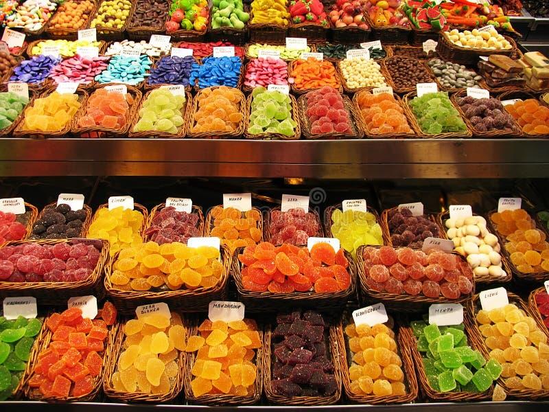Buntes Bild von verschiedenen Bonbons am Marktstall lizenzfreie stockfotos