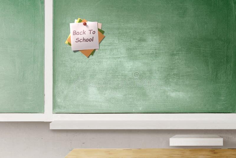 Buntes Briefpapier im Stoßstift mit zurück zu Schultext auf Tafel im Klassenzimmer stockfotos