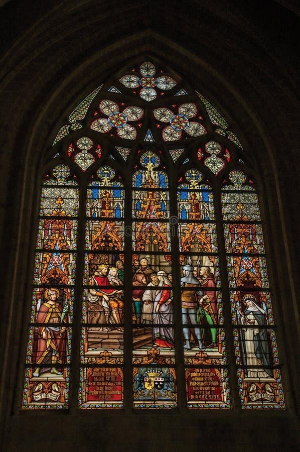 Buntes Buntglasfenster im St Michael und in Kathedrale St. Gudula in Brüssel stockfotos