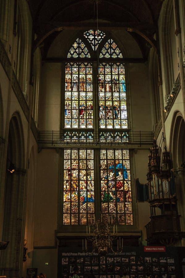 Buntes Buntglasfenster innerhalb der gotischen Kirche Nieuwe Kerk in Amsterdam lizenzfreies stockfoto