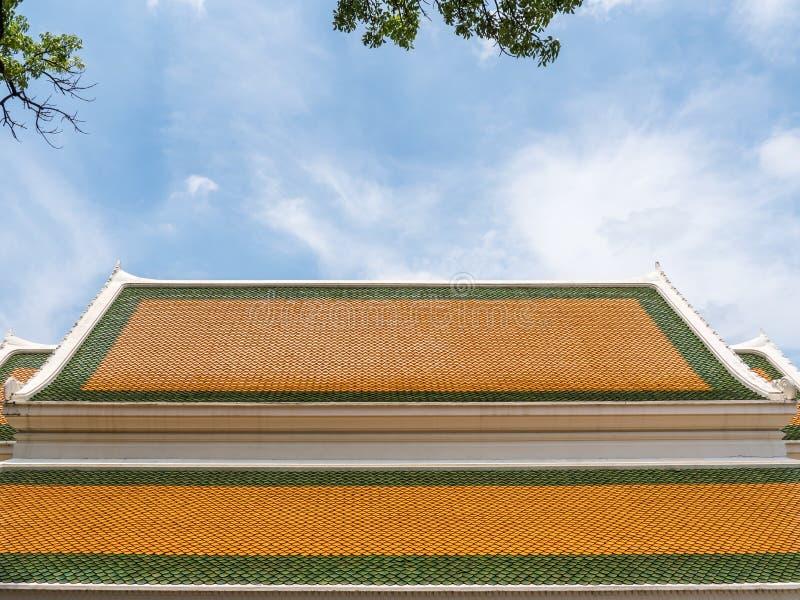 Buntes Dach der traditionellen thailändischen Kirche lizenzfreies stockbild