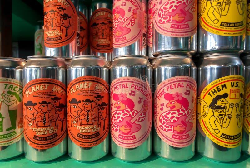 Buntes Design des populären dänischen Bieres durch Mikkeller-Brauerei auf vielen Dosen Getränken stockfotos