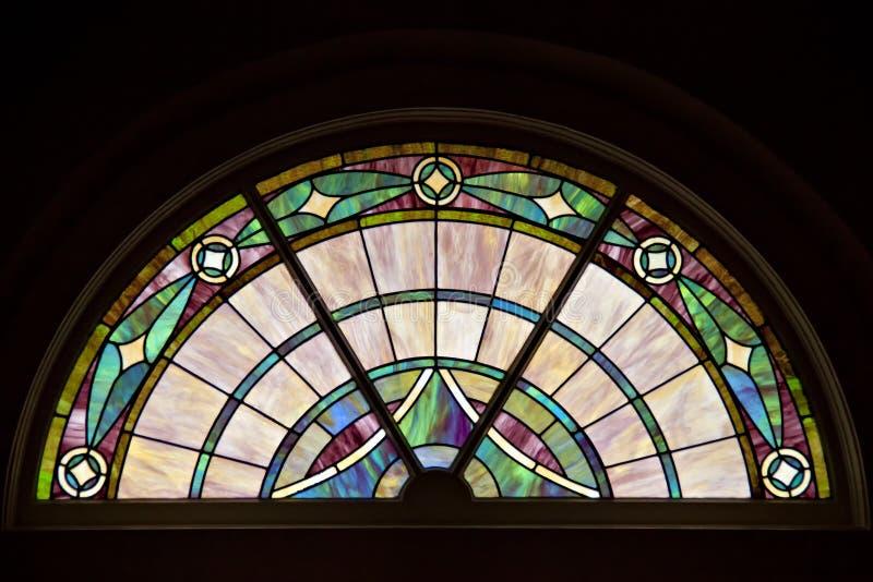 Buntes, elegantes kopiertes Buntglasfenster im Kreisspitzendesign stockfoto