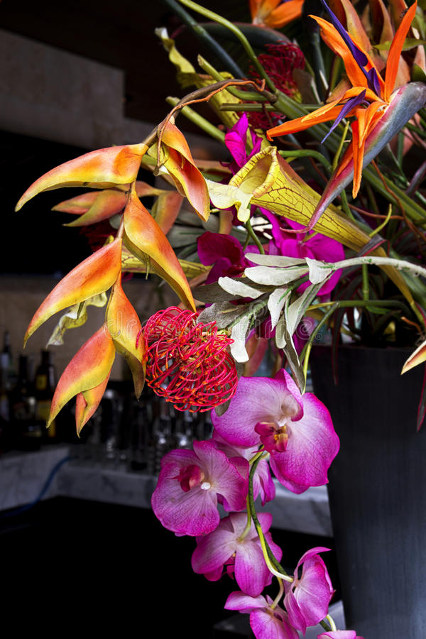 Buntes exotisches Blumengesteck stockbild