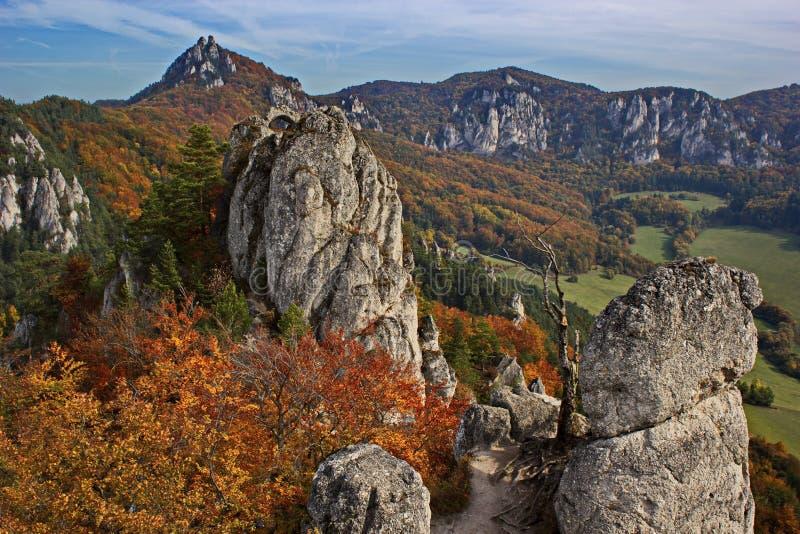 Buntes felsiges Land mitten in Herbst, Slowakei lizenzfreies stockbild