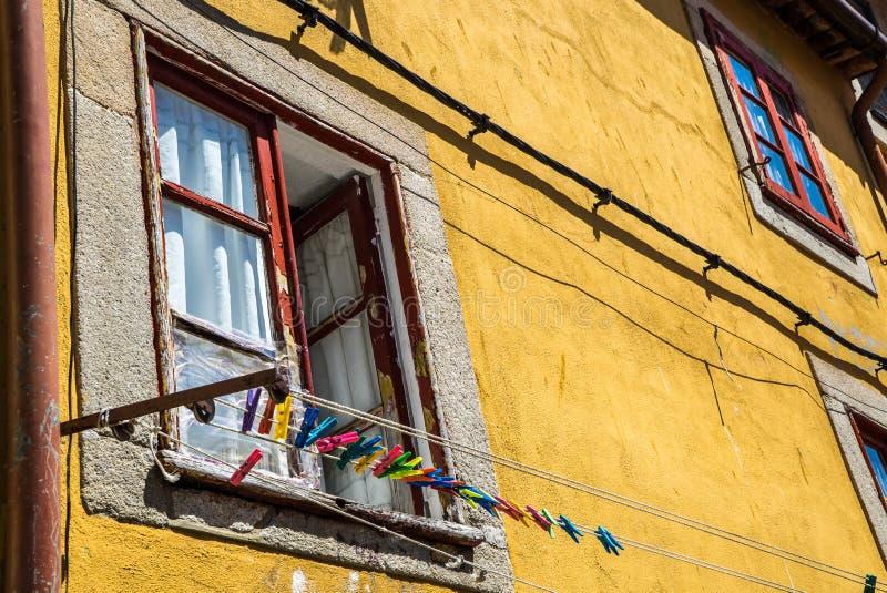 Buntes Fensterbrett und Wäscheklammern stockfotos