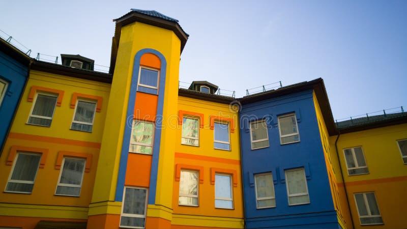 Buntes Gelb mit blauem Gebäude lizenzfreie stockfotos