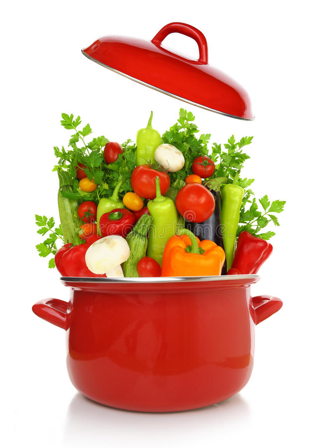 Buntes Gemüse in einem roten kochenden Topf stockfoto