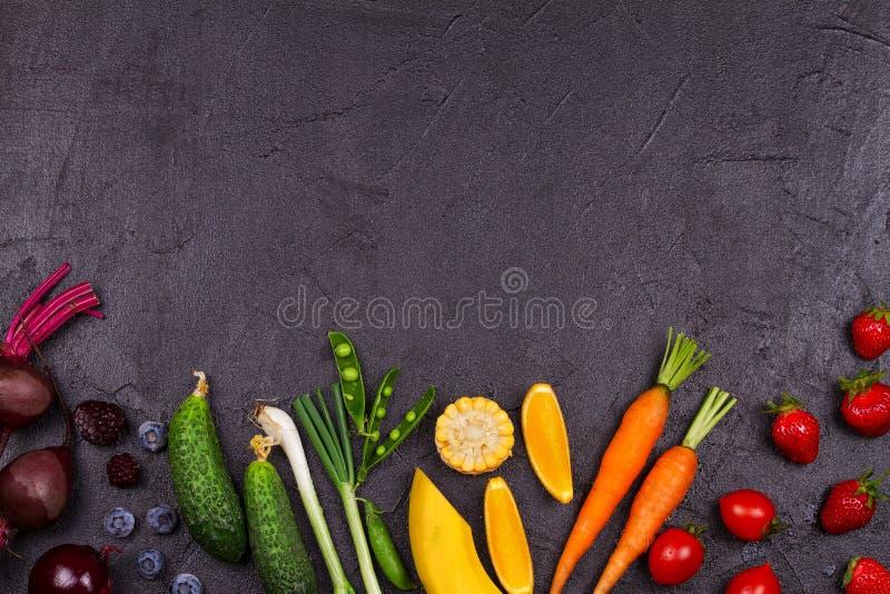 Buntes Gemüse, Früchte und Beeren - gesundes Lebensmittel, Diät, Detox, sauberes Essen oder vegetarisches Konzept stockfoto