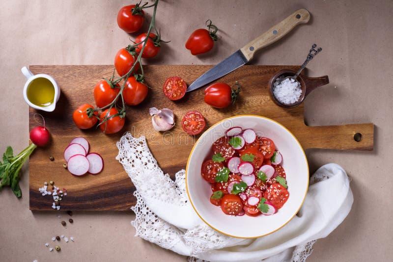 Buntes Gemüse, Tomatensalat auf hölzernem Hintergrund Gesundes BioLebensmittel, Kräuter, Gewürze, Gesundheitskochen Organisches G lizenzfreie stockfotografie