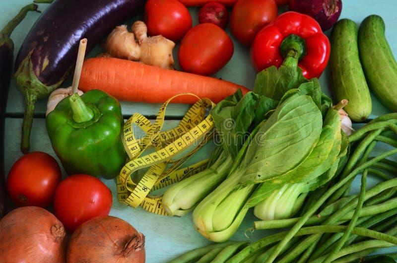 Buntes Gemüse und ein Maßband stockfotografie