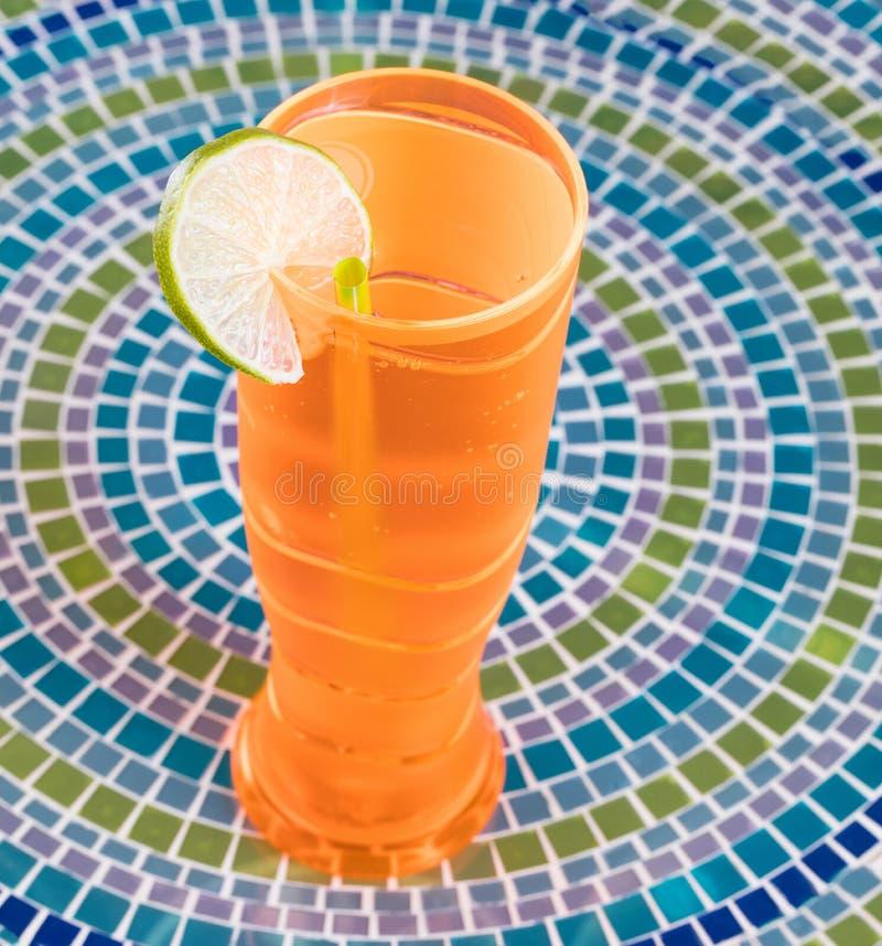 Buntes Getränk und Tischplatte für das Feiern der Gelegenheit lizenzfreie stockfotos