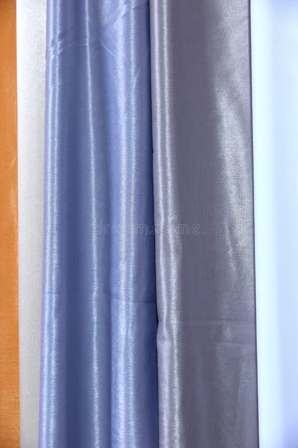 Buntes Gewebe wird benutzt, um alle Arten Kleidung für Frauen heraus zu entwerfen und Männer, kann es Segeltuch oder Baumwolle un stockbilder
