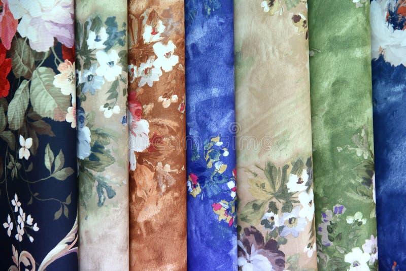 Buntes Gewebe wird benutzt, um alle Arten Kleidung für Frauen heraus zu entwerfen und Männer, kann es Segeltuch oder Baumwolle un lizenzfreie stockbilder