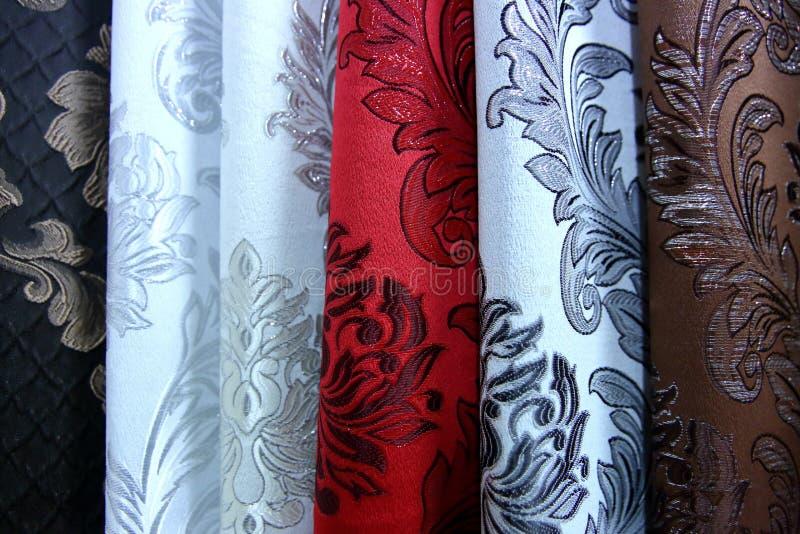 Buntes Gewebe wird benutzt, um alle Arten Kleidung für Frauen heraus zu entwerfen und Männer, kann es Segeltuch oder Baumwolle un lizenzfreies stockfoto