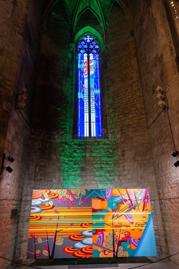 Buntes Glasfenster innerhalb der Basilika Santa Maria del Mar mit einer modernen Malerei im untereren Teil Barcelona lizenzfreies stockfoto