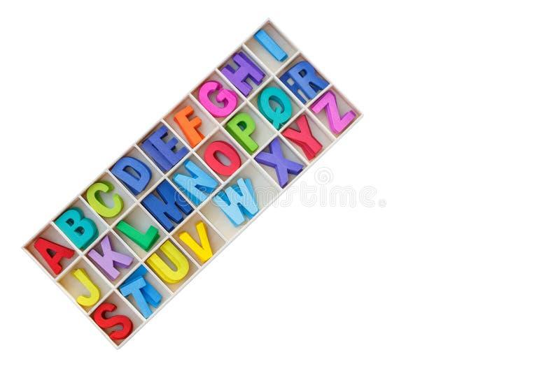 Buntes hölzernes Alphabet im quadratischen Kasten Beschneidungspfad eingeschlossen Lokalisiert auf wh stockfotografie