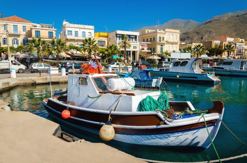 Buntes hölzernes Boot im angenehmen griechischen Hafen lizenzfreie stockbilder