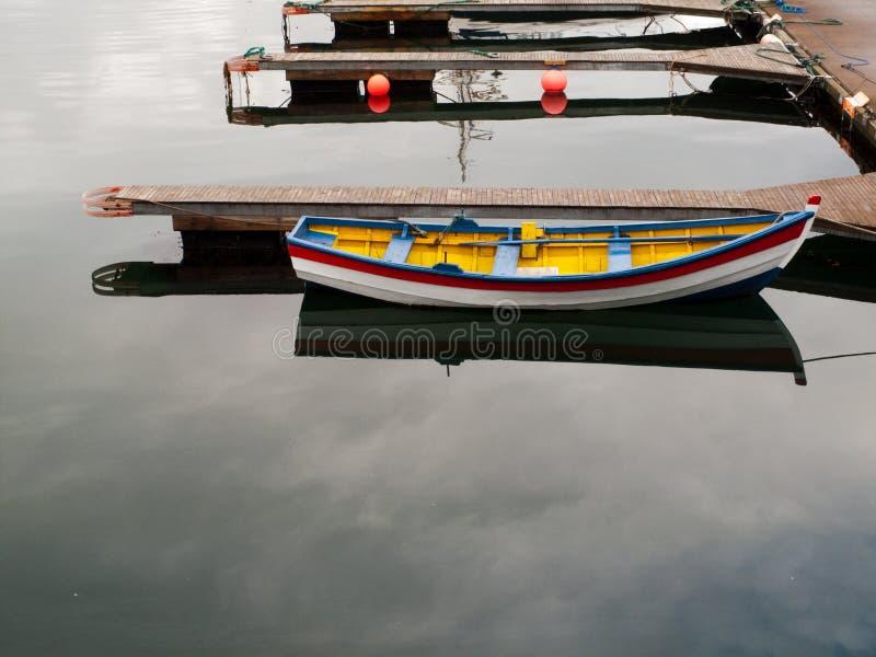 Buntes hölzernes Boot in Reykjavik lizenzfreies stockbild