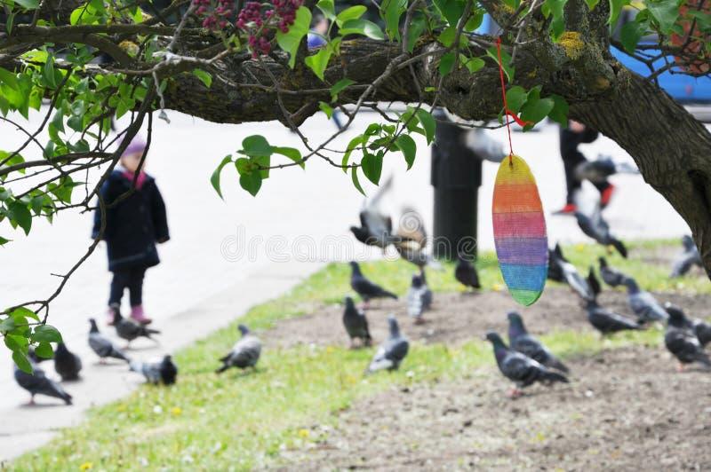 Buntes hölzernes Ei Ostern, das am Baum hängt lizenzfreies stockbild