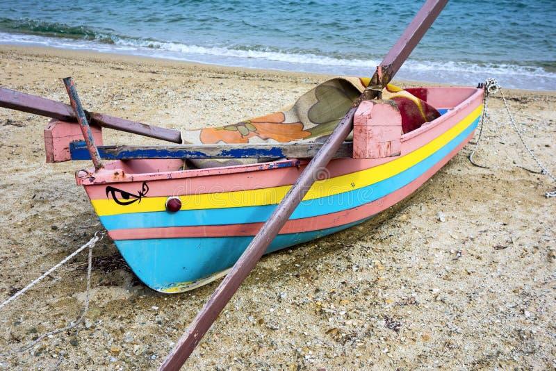 Buntes hölzernes Fischerboot auf Strand stockfotos