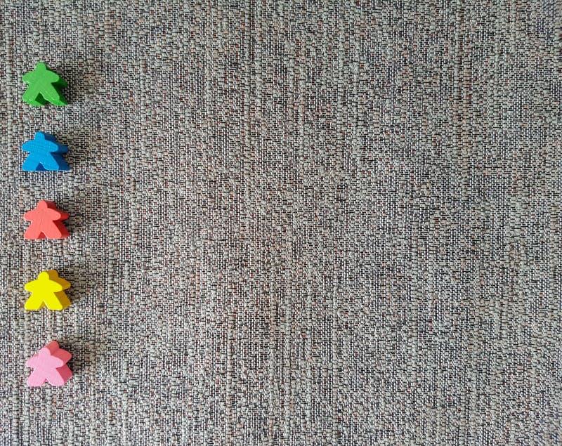 Buntes hölzernes Spielzeug in der Linie Meeple-Spiel lizenzfreie stockfotografie