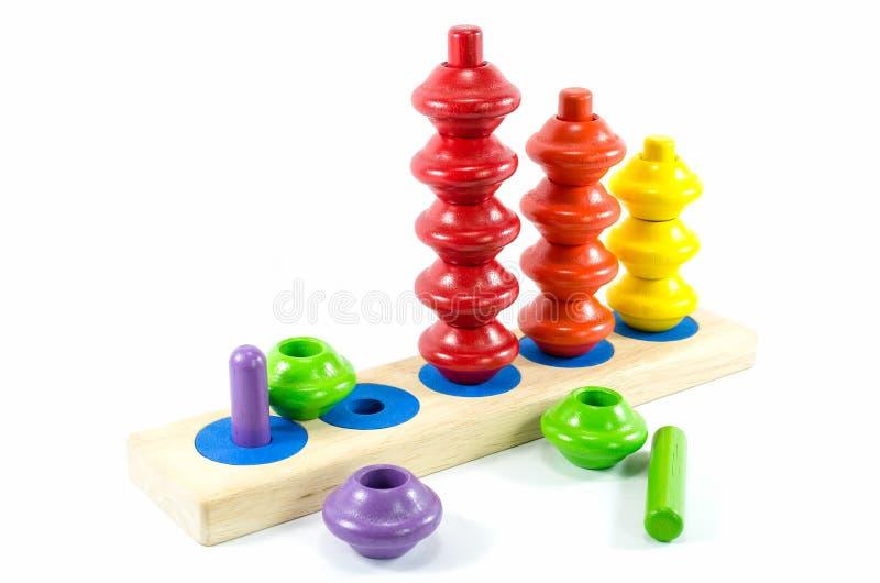 Buntes hölzernes Spielzeug lokalisiert lizenzfreie stockfotos