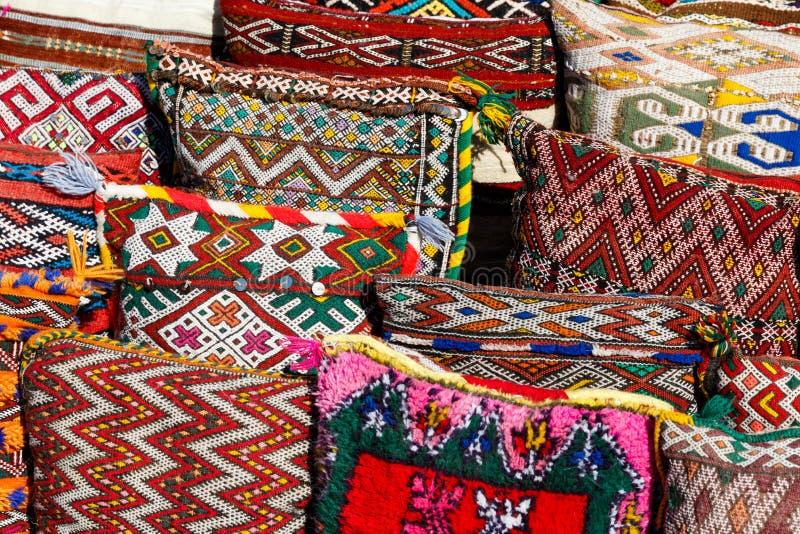 Buntes handgemachtes Handwerk und Gewürze in Marrakesch, Marokko stockfotos