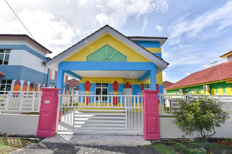 Buntes Haus, violette Farbe des hölzernen Hauses stockbilder