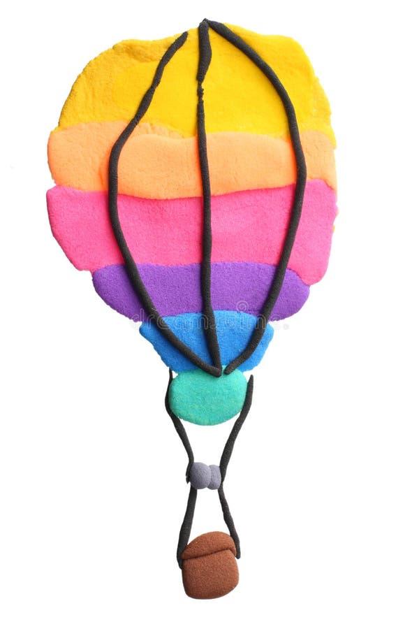 buntes Heißluft-Ballonfliegen des Plasticine lokalisiert auf weißem Hintergrund Formung des Lehms stockfotos