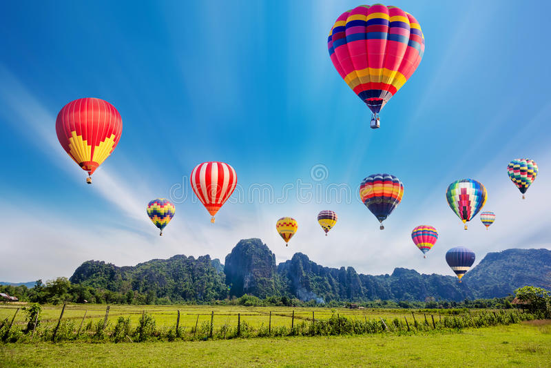 Buntes Heißluftballonfliegen stockfoto
