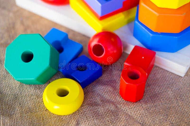 Buntes Holzringkinderspielzeug lizenzfreies stockfoto