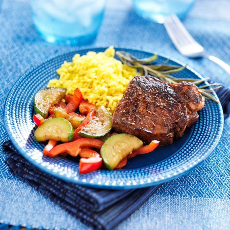 Buntes homecooked Steakabendessen mit Gemüse stockfotografie