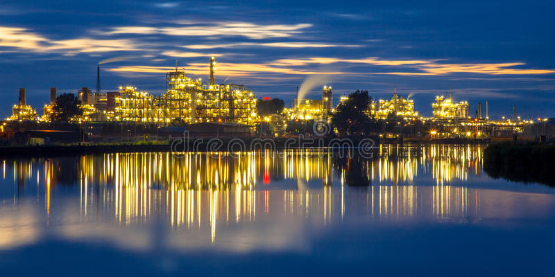Buntes Industriegebiet bei Sonnenuntergang stockfoto