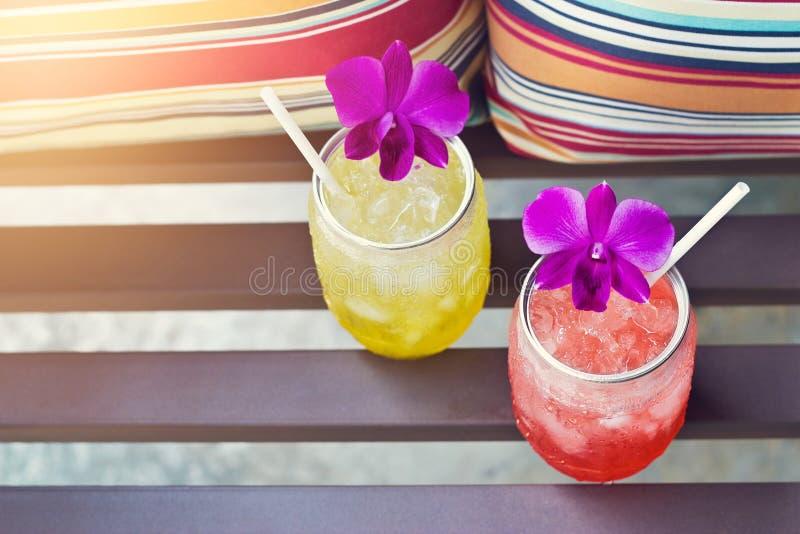 Buntes kühles Getränk im Sommer lizenzfreie stockbilder