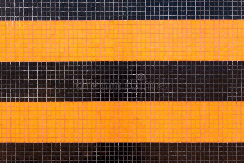 Buntes Keramikfliesenmosaik - Orange und Schwarzes stockbild