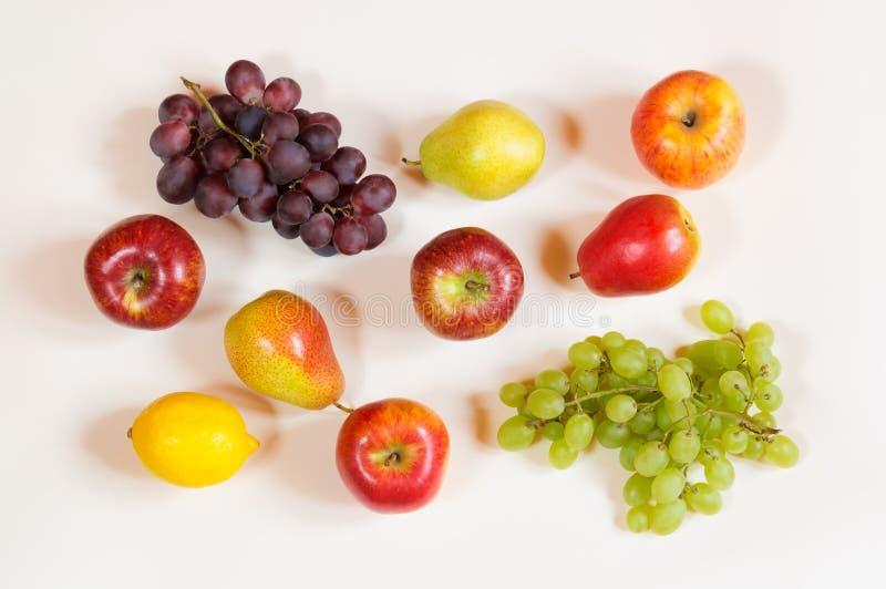 Buntes Lebensmittelmuster gemacht von den Äpfeln, von den Birnen, von der Zitrone und von der Traube stockfoto