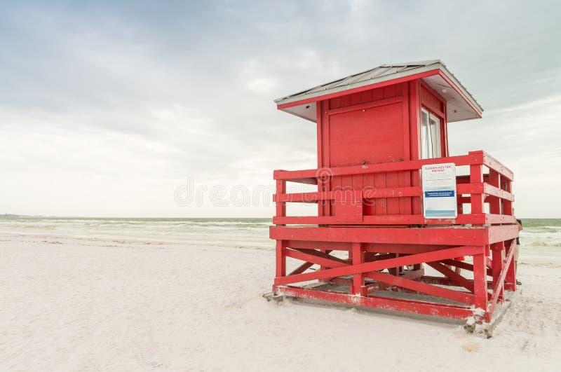 Buntes Leibwächterhaus auf dem Strand lizenzfreies stockfoto