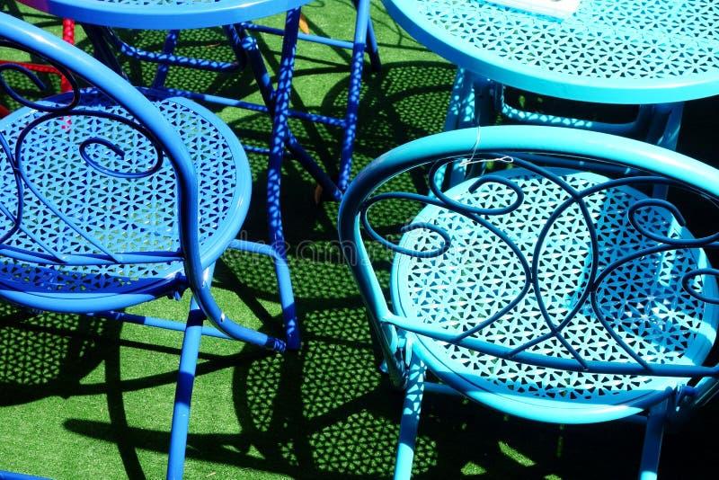 Buntes Metallstühle im Freien lizenzfreies stockbild