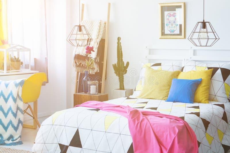 Buntes mexikanisches Schlafzimmer mit Kaktus lizenzfreie stockfotografie