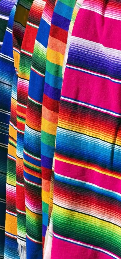 Buntes mexikanisches Serapes zwei lizenzfreies stockbild