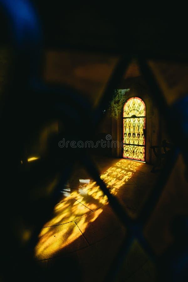 Buntes orange Licht, das durch ein Fenster glänzt stockfoto
