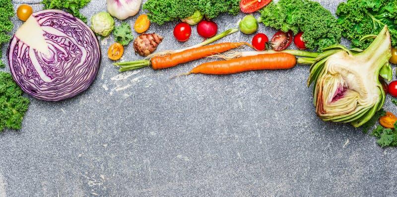 Buntes organisches Gemüse für gesunde Ernährung auf rustikalem Hintergrund, Draufsicht, Fahne lizenzfreies stockfoto
