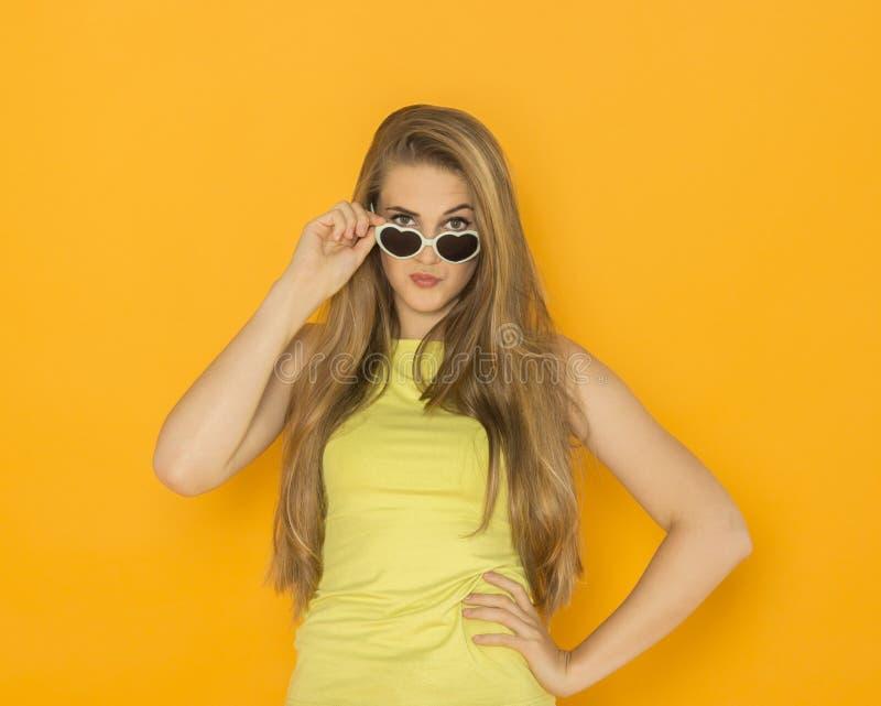 Buntes Porträt der tragenden Sonnenbrille der jungen attraktiven Frau Sommerschönheitskonzept stockbild