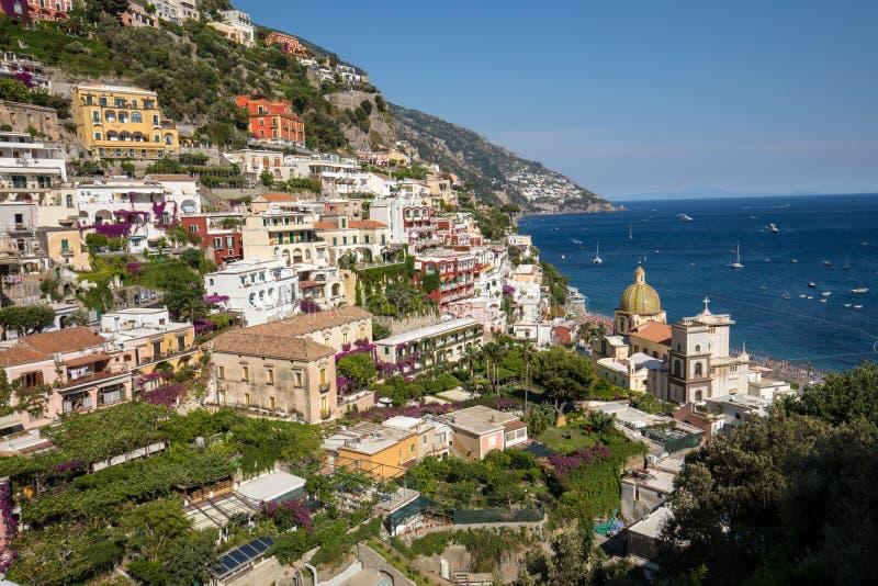 Buntes Positano, das Juwel der Amalfi-Küste, wenn seinen mehrfarbigen Häusern und Gebäude auf einer übersehenden gehockt sind Gro lizenzfreie stockfotos